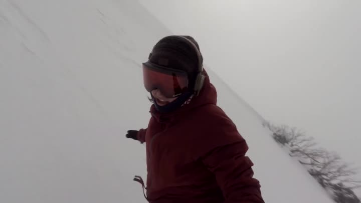 Видео: Snowboarder Girl Chased By Bear - I Was Singing Rihanna Work And Didn't Know It Was Behind Me!