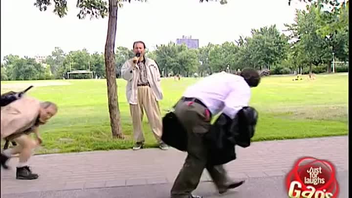Видео: Just For Laughs Gag: Duck and walk!