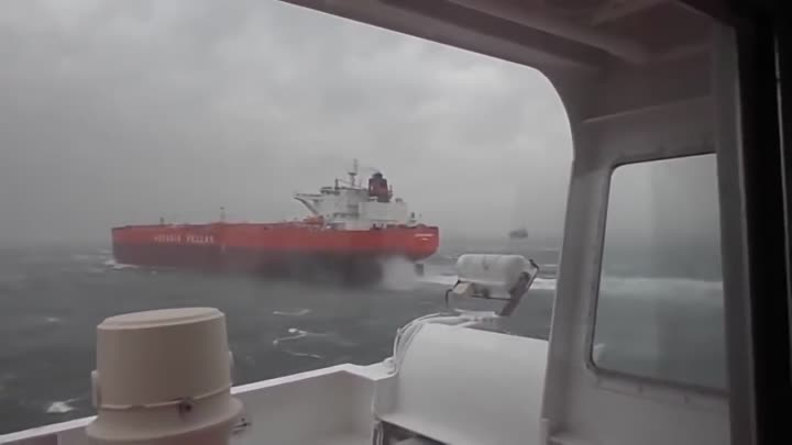 Видео: Real Video - 2 Ships (collision situation)