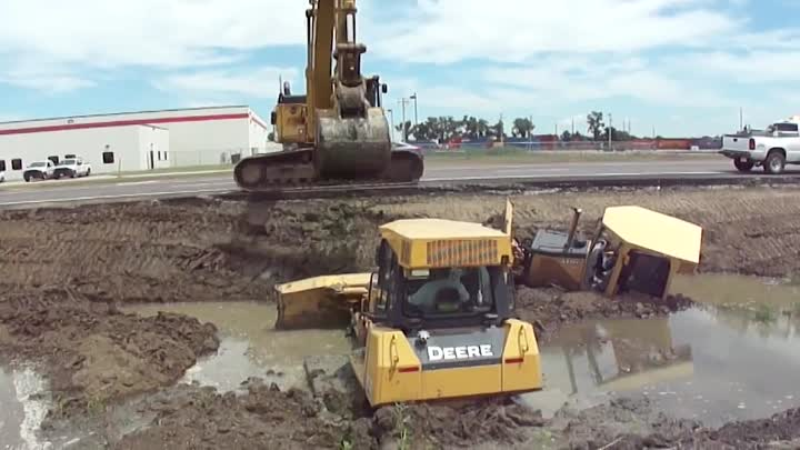 """345CL Excavator Pulls Out 2 Deere Dozers From a Canal """"Stuck?"""""""
