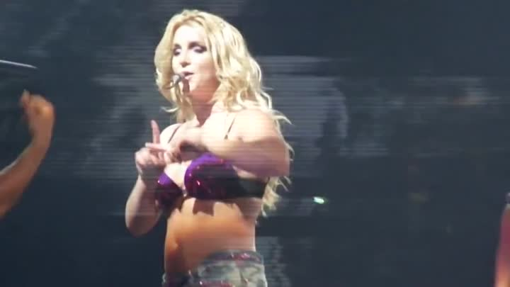 Видео: Britney Spears - The Femme Fatale Tour - Burning Up & I Wanna Go