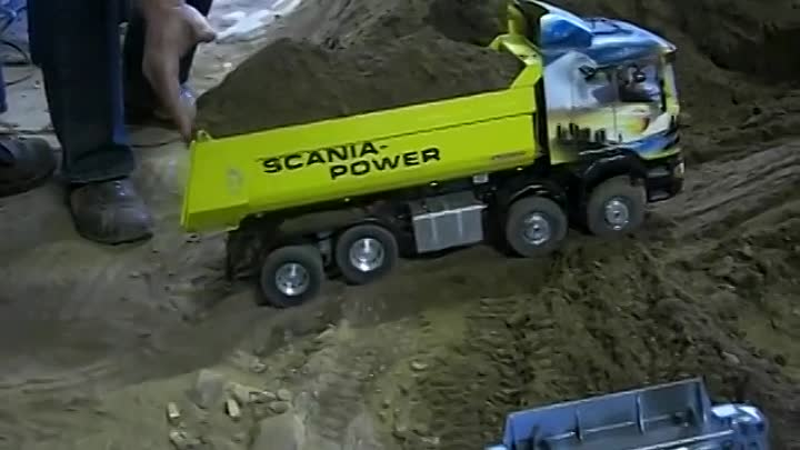 RC TRUCK SCANIA 8x8 POWER CLIMBING UP-HILL WITH FULL LOAD