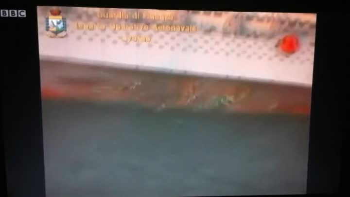 Видео: Costa Concordia Italian cruise ship runs aground!