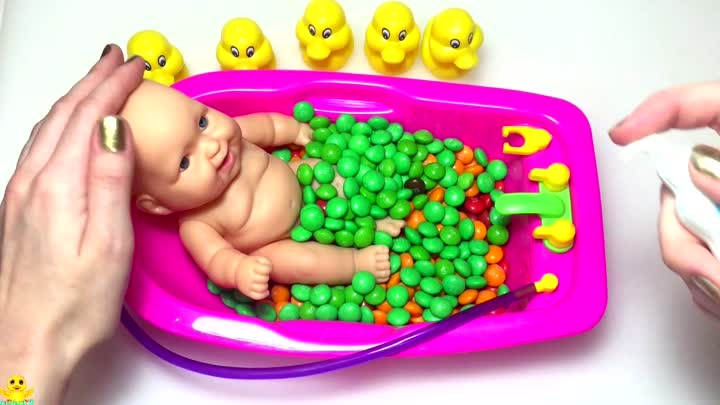 Baby Doll Bath Time Finger Family Song Learn Colors with M&M Bubble Candy Nursery Rhymes