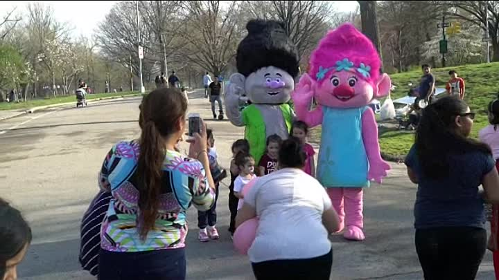 Видео: Princess Poppy and Branch at the Prospect Park Having Fun with Children and Distributing Balloons
