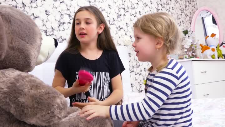 Видео: Дана и Медведь купает в душе Диана и МИШКА ТЕДДИ Для детей KIDS Children