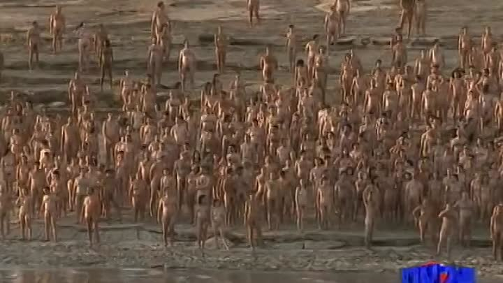 Видео: Over 1,000 people strip off at Israel's Dead Sea for artist Spencer Tunick