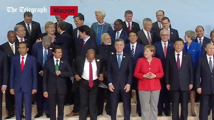 Видео: Emmanuel Macron jostles his way to the front of G20 photo to stand by Donald Trump