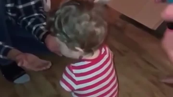 Видео: Try to not cry 4-year-old boy born without arms or legs walks for the first time