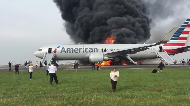 Видео: AMERICAN AIRLINES Boeing 767 hoří v Chicago - O'Hare International Airport