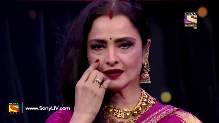 Видео: Rekha Makes The Judges Dance On Her song (2017)