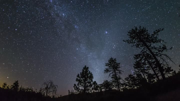 Видео: Time-lapse of the peak of the 2016 Perseid meteor shower over Noble Canyon