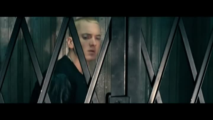 Eminem - The Monster feat. Rihanna (Oficial Video)
