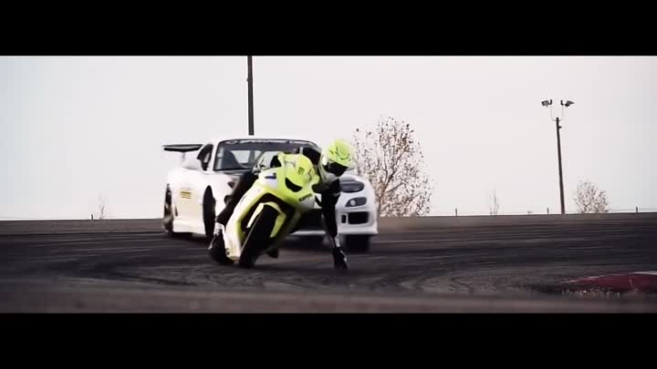 Видео: Motorcycle vs. Car Drift Battle