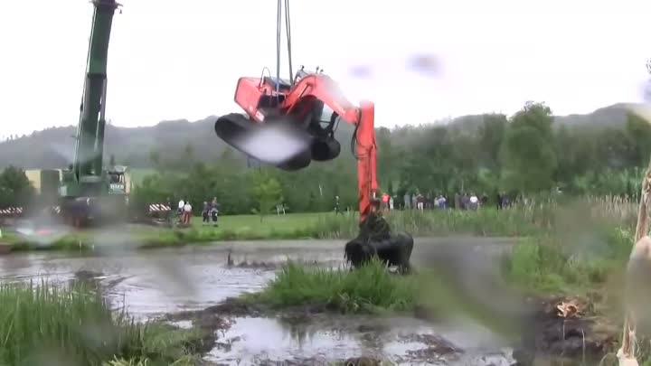 Видео: The Tale Of The Stuck Excavator. The Rescue Part 1