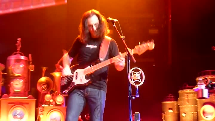 "Видео: GEDDY LEE of RUSH ""Keeps it Low"" at the end of ""Red Barchetta"" Cleveland Q-Arena April 15 2011"
