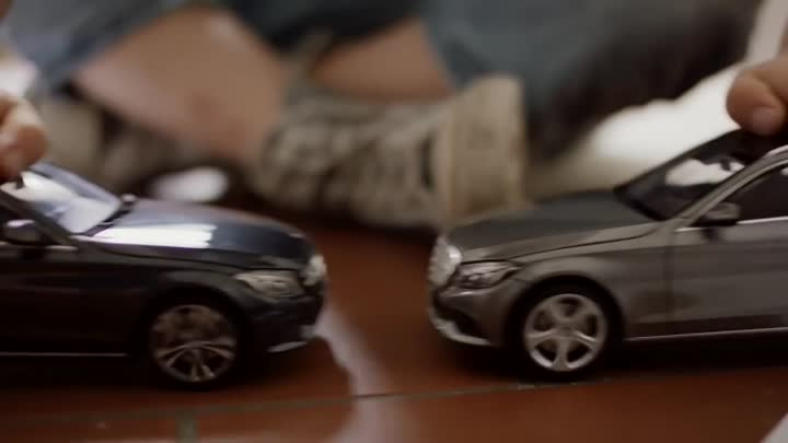 Видео: Mercedes-Benz TV׃ The uncrashable Toy Cars.