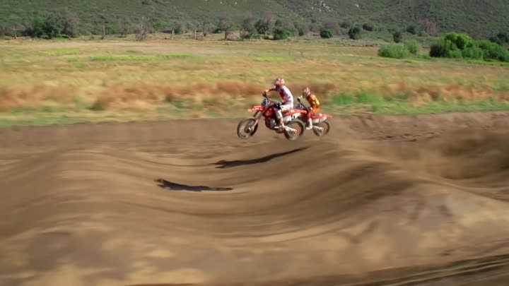 Видео: Half-Mile Supercross Rhythm Section - Dungey VS Musquin