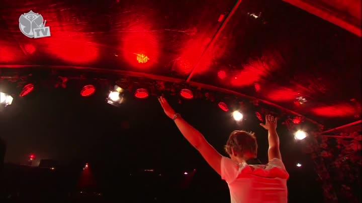 Armin van Buuren announces at Tomorrowland 2013 that he just became father of a baby boy