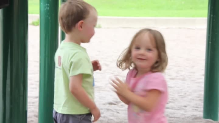 Видео: Kids First Kiss at the Playground